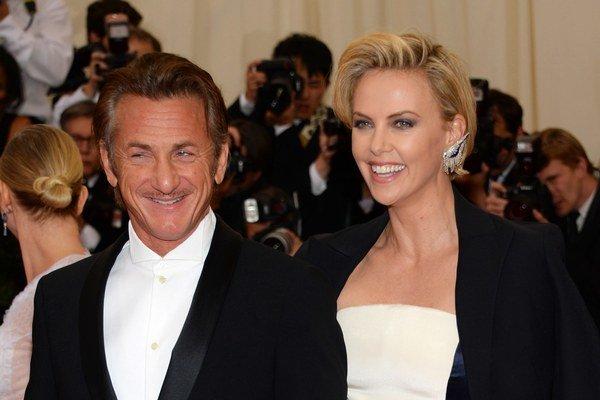 Charlize miluje Seana Penna. Herečka je teraz šťastná s hereckým kolegom, synček so zvonilkou.