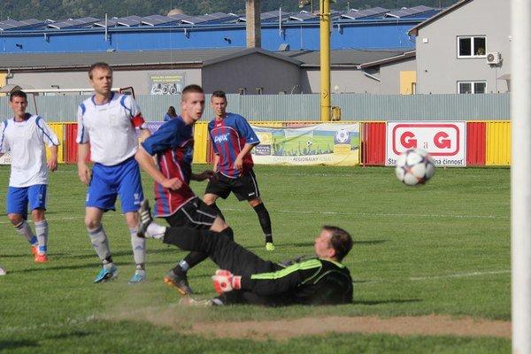 Tento gól začal kanonádu. Filip Kis (v tmavom) a kapitán Svitu Juraj Jarkuliš už iba sledovali, ako lopta zo štandardky Petra Slicha putuje do siete hostí.