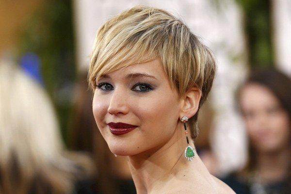 Šperky: Rafinované náušnice. Odvtedy, čo si herečka nechala radikálne skrátiť vlasy, nosí stále častejšie nápadné náušnice. Obrovské farebné drahokamy, neprehliadnuteľné geometrické tvary, veľa trblietok, presne také šperky k jednoduchému oblečeniu a špor
