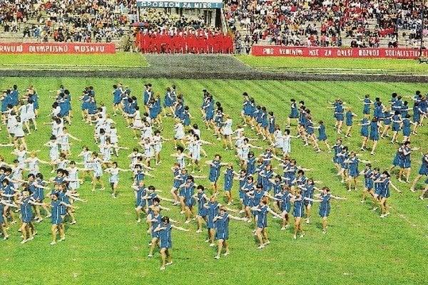 Štadión v Čermeli. Vyše 17 tisíc divákov sleduje vystúpenie žien.
