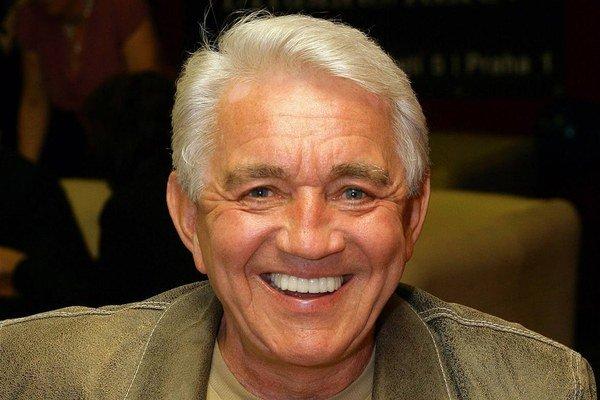Nevyzerá na svoj vek. Presne dnes má herec 76 rokov.