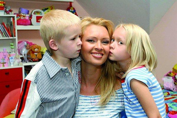 Adriana Kmotríková s deťmi.