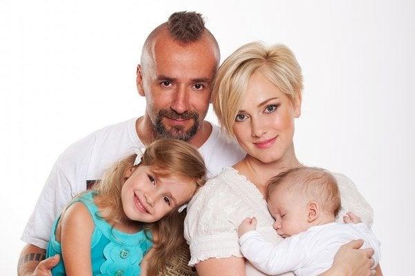 Monika Hilmerová s rodinkou.