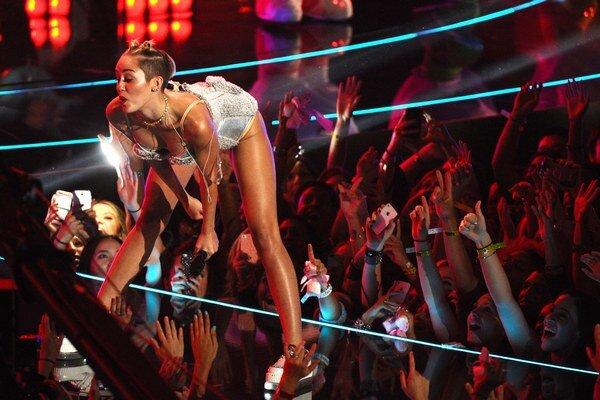 Vie to roztočiť. Miley Cyrus je na koncertoch sexy, Kellan je vraj do nej paf.
