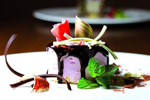 Čerešňová tortička s čokoládovou polevou.