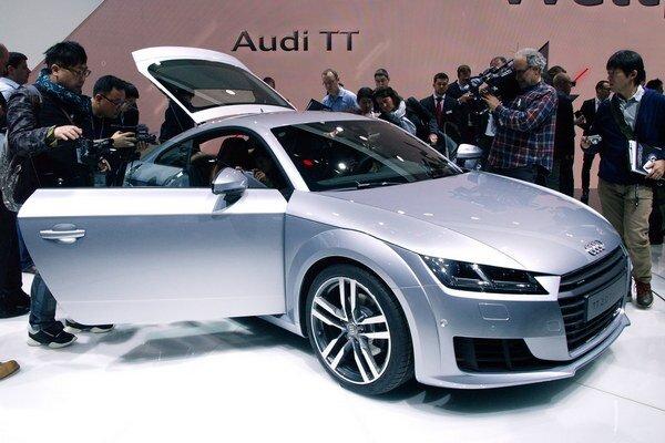 Kompaktné kupé Audi TT. Model TT tretej generácie sa svojimi hranatejšími líniami vzdialil od tvarov pôvodného modelu z roku 1998.