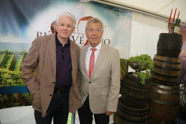Ľubo Roman (vpravo) je ako Baxa ukážkovo negatívnou postavou (na snímke s Emilom Horváthom ml.).