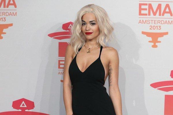 Rita Ora nezvládla horúčavu.