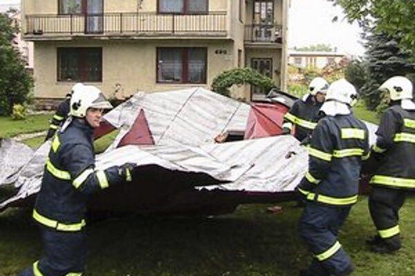 strecha, ktoré strhol silný vietor v obci Čaklov v okrese Vranov nad Topľou.