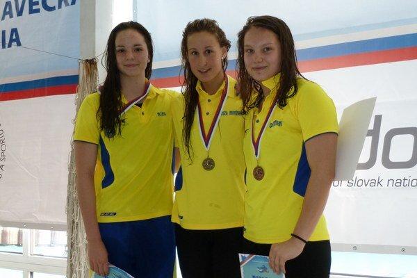 V Žiline na majstrovstvách SR. Na 400 m polohové preteky žien zvíťazila Zuzana Mimovičová  (v strede), druhá bola Nina Fürješová (vľavo) a na treťom Carmen Mikušová. Všetky z ŠKP Košice.