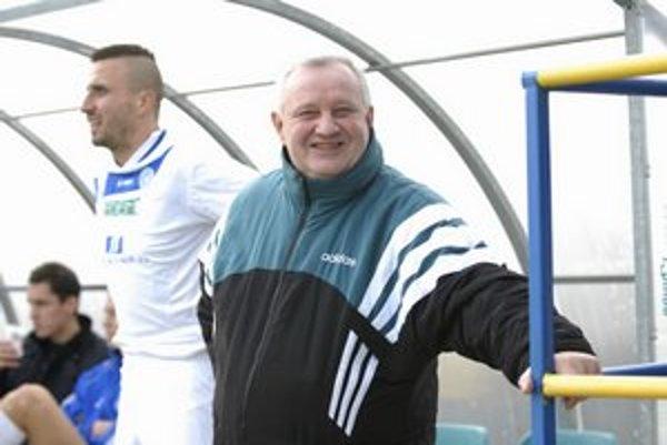 Tréner Roman Martončík. V pozadí sa na striedanie pripravuje Branislav Hanzeľ.