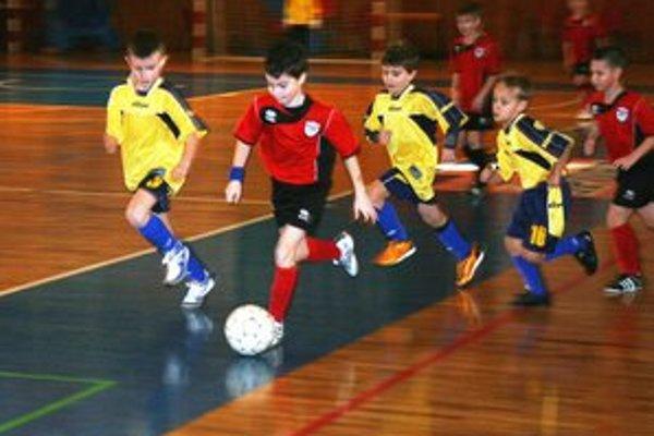 Mladí futbalisti v plnom nasadení.