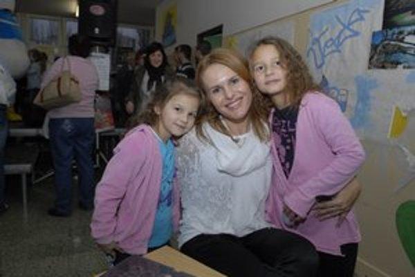 S maminkou, vľavo mladšia Grétka, vpravo staršia Bibka. Dievčatá pred Vianocami vytriedia hračky, aby im Ježiško mohol priniesť nové.