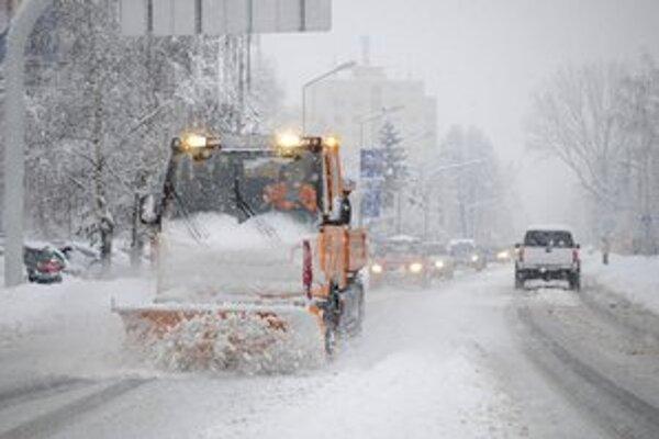 Odhŕňač čistí cestu na Partizánskej ulici od čerstvo napadaného snehu v Poprad.e