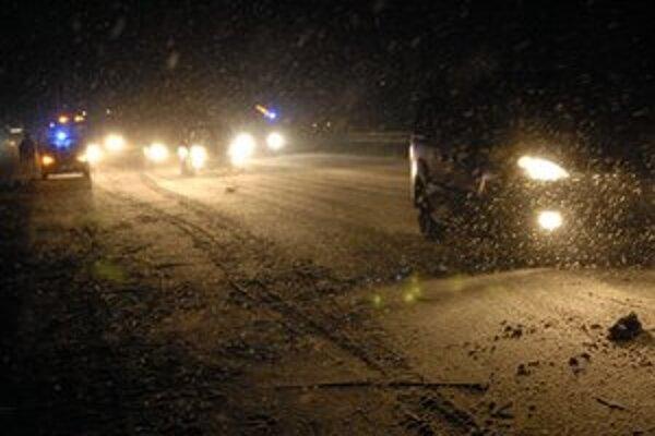 Vodičov na diaľnici medzi Košicami a Prešovom v utorok večer potrápil sneh, ľad aj hmla.