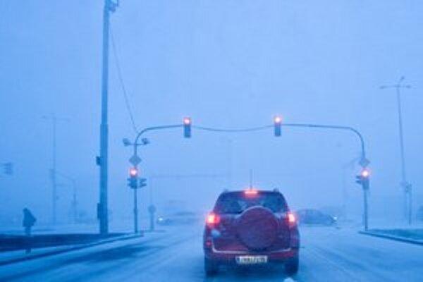 Aj keď sa počasie zlepšilo, vodiči na cestách nesmú poľaviť v ostražitosti.