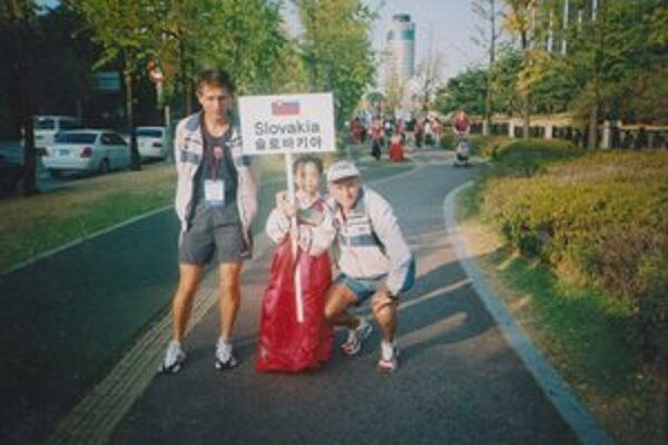 """Spomienka na Kóreu. Slavomír Lindvai (vpravo), Ľubomír Hrmo a malá kórejská """"hosteska""""."""