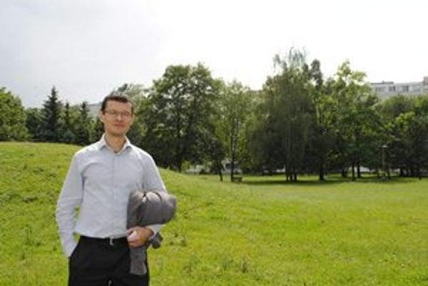 Osamu Okamura. Podľa českého architekta by si ľudia mali naprogramovať, na ktorej lúke sa bude piknikovať, hrať volejbal a kde sa budú venčiť psy.