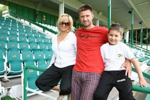 Lenka a jej mužstvo. Do futbalovej partie k manželovi Petrovi a synovi Samkovi chýba už len mladší syn Maxim.