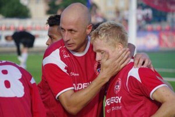Radosť. Marek Seman gratuluje Michalovi Grohoľovi - strelcovi prvého gólu Bardejova v II. lige