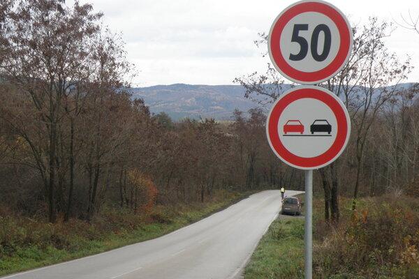 Medzi Kaniankou a Lazanmi je na niektorých úsekoch povolená len päťdesiatka.