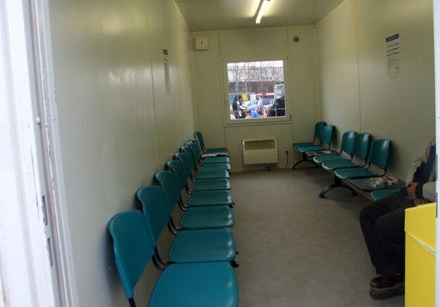 V čakárni je dvadsať miest na sedenie.