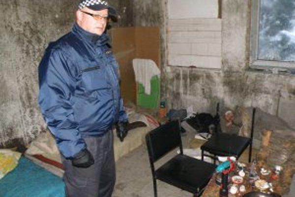 Mestskí policajti navštívili stavbu, v ktorej prespávajú viacerí bezdomovci.