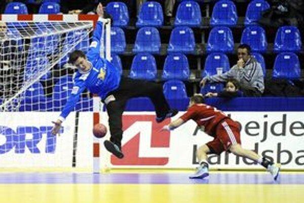 Parádny gól. Tomáš Urban prekonáva dánskeho brankára Landina.