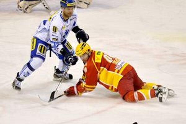 Obranca Marcel Šterbák. Až do najbližších Vianoc si kvôli trestu hokej nezahrá.
