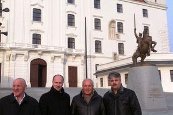 Na hrade. Šéfa WAKO Ennia Falsoniho (druhý sprava) sprevádzal v Bratislave prezident SZKB Peter Onuščák (druhý zľava).