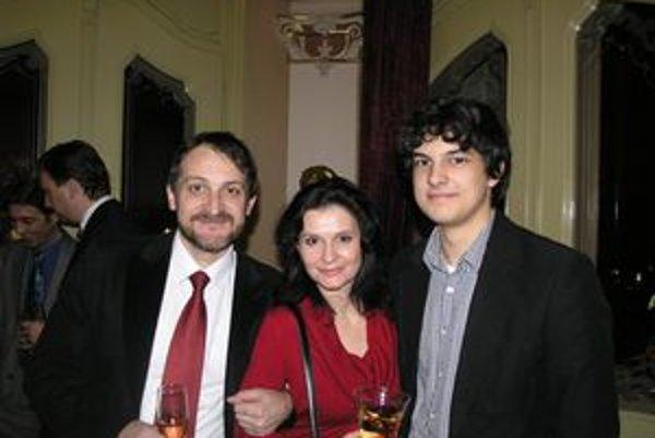 Rodina Spišákovcov. Michala Spišáka prišli na premiéru podporiť manželka Lenka Barilíková a ich mladší syn Jakub.