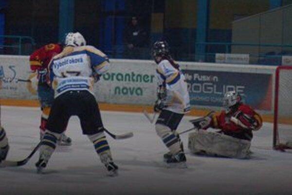 Gólová bodka. Puk prechádza cez bránkovú čiaru, Katka Vybošťoková takto gólovo zakončila semifinálovú sériu s Topoľčanmi.