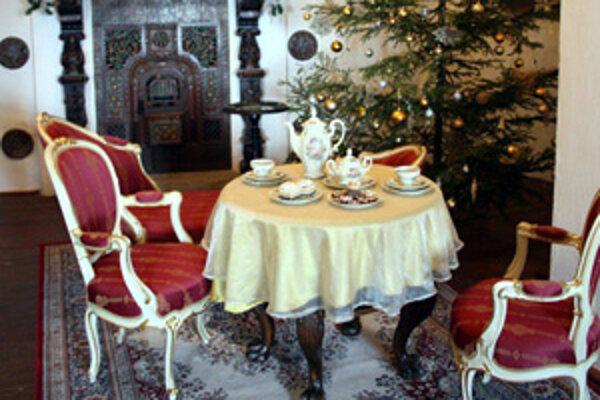 Na zámku je možné vidieť aj rôzne druhy stolovania.