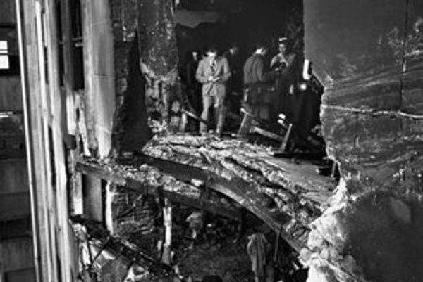 Otvor po náraze bombardéra. Lietadlo B-25 narazilo do mrakodrapu vo výške 295 metrov, na úrovni 78. a 79. podlažia.