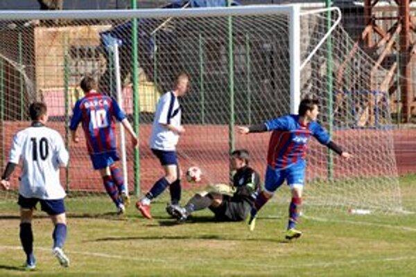 Úvodný gól Barce. Raduje sa z neho Kovács (vpravo).