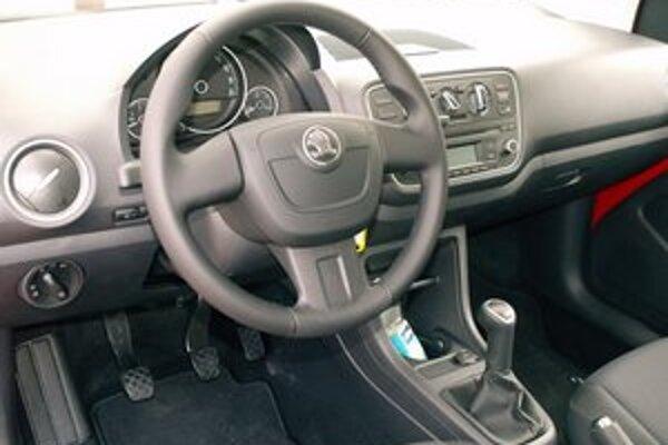 Prehľadná prístrojová doska. Citigo je prvou škodovkou, vystrojenou bočnými airbagmi sochranou hlavy vodiča aspolujazdca.