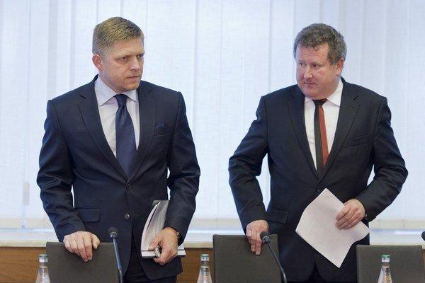 Premiér Robert Fico a predseda Úradu pre reguláciu sieťových odvetví Jozef Holjenčík.