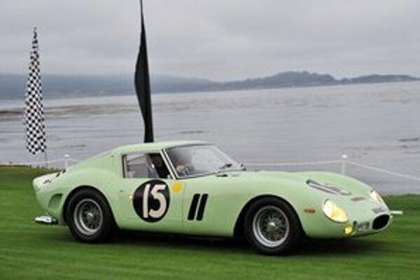 """Pretekársky automobil Ferrari 250 GTO. Za toto vozidlo zaplatil záujemca rekordnú sumu 35 miliónov dolárov, pričom pred desiatimi rokmi stálo """"len"""" 3,5 milióna dolárov."""