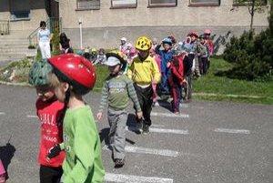 Dopravné akcie. Ako sa správať na cestách, učia aj v škôlkach.