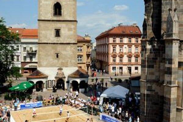 Centrum Košíc dostalo volejbalový nádych. Pred finále Európskej ligy sa presťahoval v beachovej podobe priamo na Hlavnú ulicu
