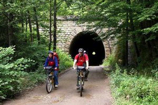 Bujanovský tunel. Už na jeho začiatku vidíte vo veľkej diaľke aj to povestné svetlo na konci tunela.