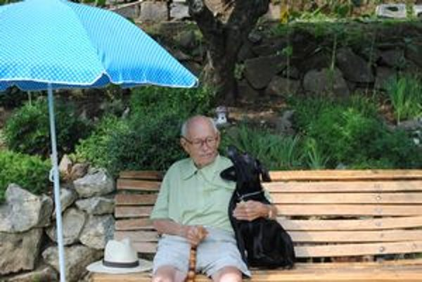 Najobľúbenejšie miesto. Na tejto lavičke trávi čas spolu so svojím najlepším kamarátom, psom Selym.