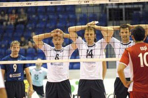 Sklamanie. Slovenskí volejbalisti si vo Svetovej lige nezahrajú. Zľava: Sopko, Kmeť, Bencz.