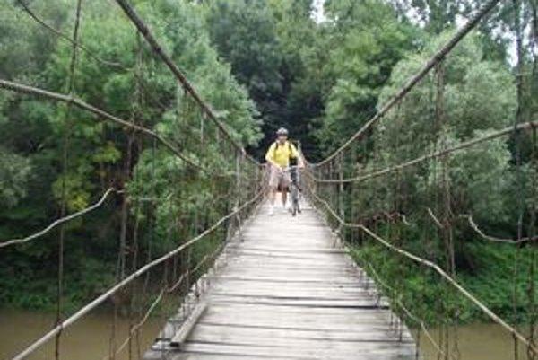Lanový most. Prechod cez jeho kývajúce sa laná a dosky nemá ďaleko k menšej adrenalínovej zábavke.