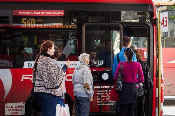 Čakanie na vlaky či na autobusy by sa aspoň v niektorých častiach Bratislavského kraja malo skrátiť.