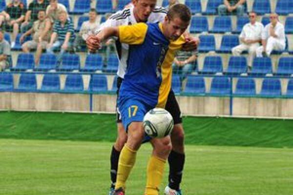 Michalovský MFK Zemplín prvýkrát bez bodov. Nepomohol im ani tradičný rituál pred zápasom, v Petržalke prehrali 0:2.
