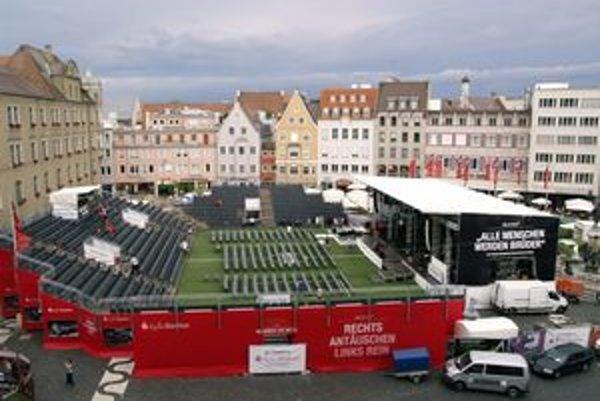 """""""Amfiteáter"""" v Augsburgu. Pri príležitosti konania majstrovstiev sveta vo futbale bol na Radničnom námestí postavený """"Kultustadion"""" pre 2 000 ľudí."""