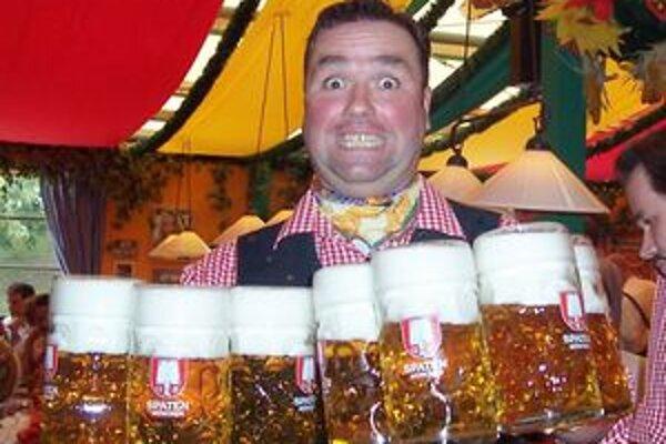 """Nech sa páči... Na tohtoročnom mníchovskom Oktoberfeste stojí litrový """"krígeľ"""" piva deväť eur."""