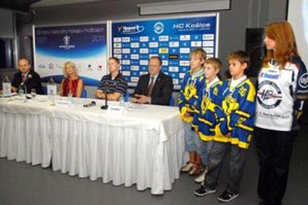 Pred sezónou. O zámeroch informovali zľava Vladimír Jacko, Renáta Lenártová, Antonín Stavjaňa a Juraj Bakoš. Na snímke vidno aj retro dresy a aktuálne dresy HC Košice.