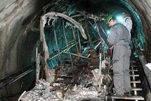 Zničený vozeň. K devastujúcemu účinku požiaru prispel aj komínový efekt tunela.